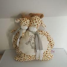 Zsiráf mama vállán kicsinyével plüss párna