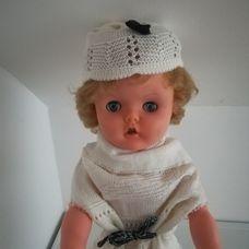 RODDY retro rövid szőke hajú baba fehér ruhában