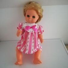 Szőke retro baba rózsaszín virágos ruhácskában