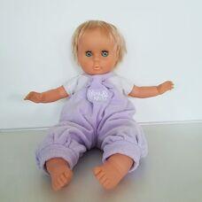 Szőke hajú retro baba lila kantáros rugdalózóban
