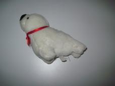 Fehér mini plüss fóka bébi piros szalaggal