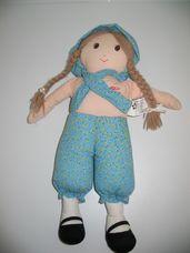 Holly Hobbie kék nadrágos kalapos puha rongybaba