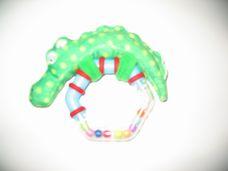 Csörgő hatszög színes golyókkal és plüss krokodillal