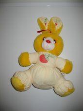 Linda sárga színű plüss nyuszi epres mintával