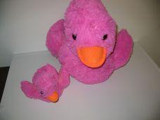 Csillogó rózsaszín plüss kacsa kicsinyével