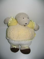 Horgolt kövér hód néne sárga ruhában köténnyel