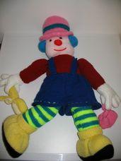 Kék hajú horgolt bohóc kék rövidnadrágban rózsaszín kalappal