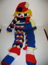 Óriási horgolt bohóc piros-kék-sárga bohócruhában, kalapban
