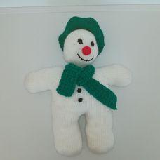 Horgolt hóember figura zöld sapkában sállal