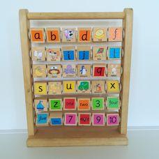 Fából készült angol ABC tábla számokkal
