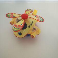 Csilingelve guruló színes műanyag repülő