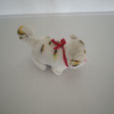 Interaktív csíkos fehér sétáló macska villogó szemekkel