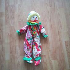 Mickey egér mintájú ruhát viselő óriás bohóc figura