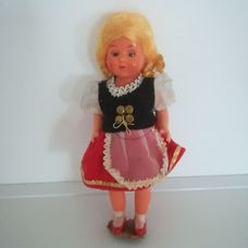 Pislogó szőke hajú díszbaba magyaros ruhában