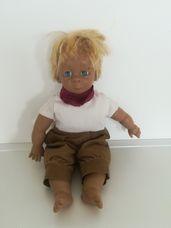 Szőke hajú szeplős kisfiú karakterbaba