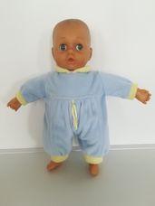 Tesco sötét bőrű alvós csecsemő baba világoskék rugdalózóban