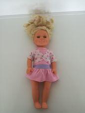 Puha törzsű kék szemű szőke hajú kislány baba mini ruhában