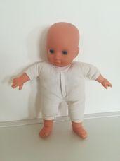 Puha törzsű kék szemű csecsemő baba kötött pulóverben