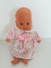 Cuki kék szemű kislány baba vidám ruhában