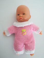 Simba kék szemű csecsemő baba rózsaszín rugdalózóban