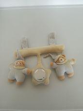 Kiságyra hordozóra köthető tépőzáras sípoló babajáték