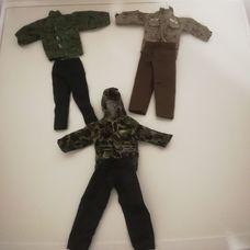 Action Man figurákra való 3 garnitúra ruházat