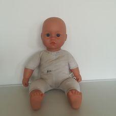 Puha törzsű nagy kék szemű csecsemő baba