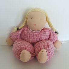 Kézműves Waldorf baba szőke hajjal rózsaszín ruhában