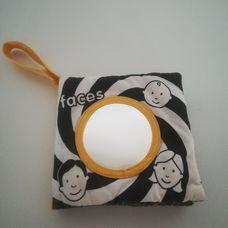 Felakasztható fekete fehér csörgő babakönyv arcokkal