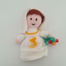 Barna hajú horgolt menyasszony fátyollal virágcsokorral