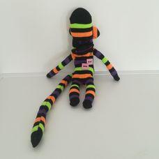 Csíkos hosszú farkú zokni nyunya majom
