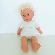 Rövid szőke göndör hajú alvós baba