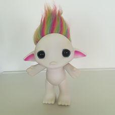 Nagyméretű fehér ZELF figura színes hajjal