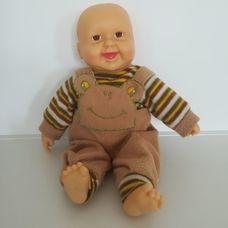 Interaktív nevető csecsemő baba eredeti barna ruhájában