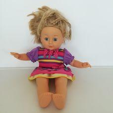 Cititoy kék szemű szőke hajú kislány baba csíkos ruhában