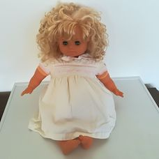 Gyönyörű szőke göndör retro baba fehér ruhácskában