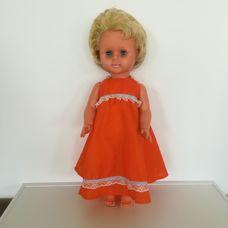 Retro rövid szőke hajú alvós baba narancssárga ruhában