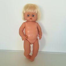 Szőke hajú kék szemű pisilős kislány baba ruha nélkül