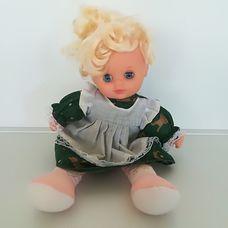 Textil testű szőke hajú kék szemű alvós baba zöld ruhában