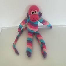 Hosszú farkú ferdén csíkos pasztellszínű zokni nyunya majom