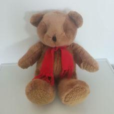 Fényes barna szőrű ültethető plüss maci piros sállal