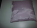 Kisméretű négyzet alakú lila színű szatén díszpárna