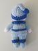 Kék ruhás kisfiú sapkában