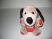 Piros kantáros rövidnadrágos kutya fekete fülekkel