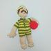 Horgolt erőember sárga-zöld tornadresszben, labdával