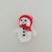 Kicsi horgolt hóember figura piros csíkos sapkában sállal