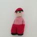 Horgolt piros sapkás fiú karakter