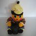 Bűvész tojásember bohócruhában, kezében bűvészdoboz