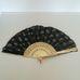Fekete csipke legyező arany díszítéssel