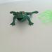 Zöld műanyag pók és valósághű gumi leopárdbéka